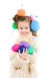 Fille avec les rais et les boules de tricotage des fils dans les cheveux Photographie stock