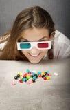 Fille avec les verres 3d recherchant la sucrerie Photographie stock libre de droits