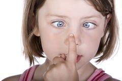 Fille avec les yeux croisés photographie stock libre de droits
