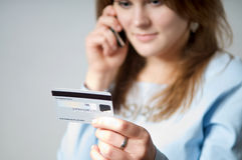 Fille avec par la carte de crédit Image stock