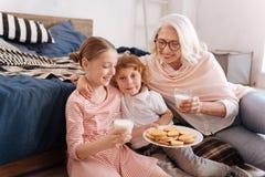 Fille avec plaisir heureuse tenant un plat des biscuits Image stock