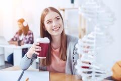 Fille avec plaisir positive allant boire du thé Photographie stock libre de droits