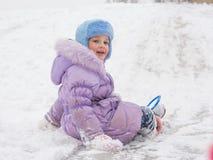 Fille avec Rolling Hills couverte de neige vers l'arrière image stock