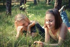 Fille avec sa maman ayant l'amusement sur l'herbe Image libre de droits