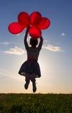Fille avec sauter de ballons Photographie stock