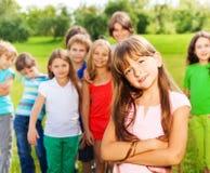Fille avec ses amis en parc Photographie stock libre de droits