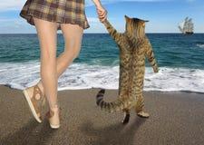 Fille avec son chat sur la plage 2 image stock