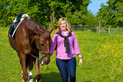 Fille avec son cheval images stock