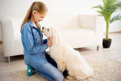 Fille avec son chien Photo stock