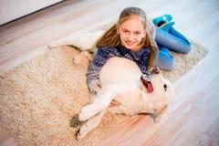 Fille avec son chien Photos libres de droits