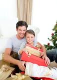 Fille avec son père retenant un cadeau de Noël Images libres de droits