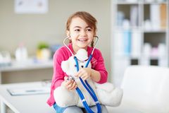 Fille avec teddybear et le stéthoscope Image stock
