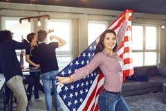 Fille avec un beau sourire avec le drapeau de l'Amérique à l'intérieur Photographie stock