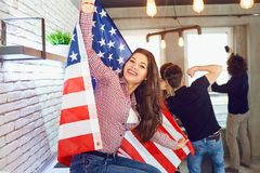 Fille avec un beau sourire avec le drapeau de l'Amérique à l'intérieur Image libre de droits