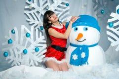Fille avec un bonhomme de neige Image libre de droits