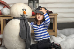 Fille avec un bonhomme de neige de jouet Photo libre de droits
