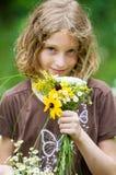 Fille avec un bouquet des fleurs sauvages Photographie stock libre de droits