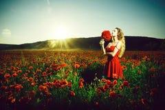 Fille avec un bouquet des pavots drogue et intoxication d'amour, femme dans le domaine du clou de girofle photos libres de droits