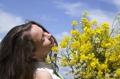 Fille avec un bouquet des wildflowers Photo stock