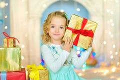 Fille avec un cadeau dans des mains Photographie stock libre de droits