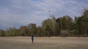 Fille avec un cerf-volant sur le rivage banque de vidéos