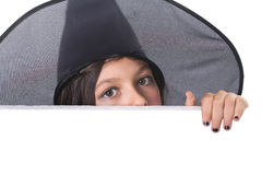 Fille avec un chapeau de veille de la toussaint derrière un panneau-réclame photo libre de droits