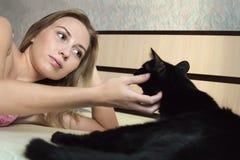 Fille avec un chat Image libre de droits