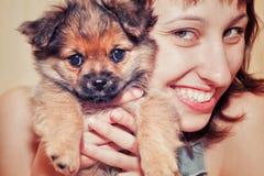 Fille avec un chien drôle Photo stock
