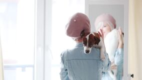 Fille avec un chien près d'un miroir à la maison banque de vidéos