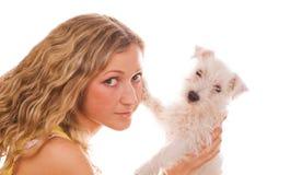 Fille avec un chiot blanc Photo libre de droits