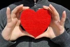 Fille avec un coeur rouge Images stock