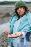 Fille avec un crabe Photographie stock