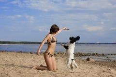 Fille avec un crabot sur la plage Photos libres de droits