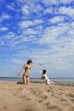 Fille avec un crabot sur la plage Photo libre de droits