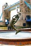 Fille avec un dauphin. Passerelle de tour. Londres Image libre de droits