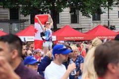 Fille avec un grand drapeau canadien aux célébrations de jour de Canada à Londres 2017 Images stock