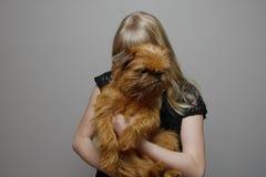 Fille avec un griffon de Bruxelles de chien Photo libre de droits