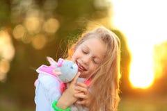 fille avec un jouet mou préféré en parc Images libres de droits