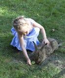 Fille avec un lapin Photo stock