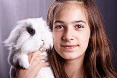 Fille avec un lapin image stock