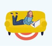 Fille avec un ordinateur portable sur un sofa Illustration plate d'isolement de vecteur illustration de vecteur
