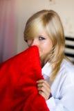 Fille avec un oreiller rouge Photo stock