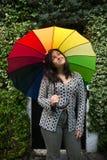 Fille avec un parapluie d'arc-en-ciel Photo libre de droits