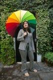 Fille avec un parapluie d'arc-en-ciel Photo stock