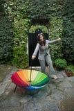 Fille avec un parapluie d'arc-en-ciel Image stock