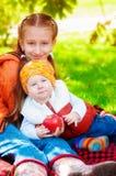 Fille avec un petit garçon en parc en automne photographie stock