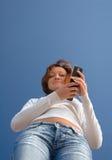 Fille avec un phone-2 mobile Images libres de droits