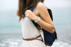 Fille avec un sac à dos et un voyageur d'horloge Image libre de droits