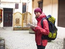 Fille avec un sac à dos et une carte Photographie stock