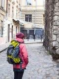 Fille avec un sac à dos marchant autour de la vieille ville Photo libre de droits